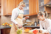 Mother and Teenage Daughter Preparing Vegetables For  Salad — Stock Photo