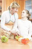 Mother Teaching Her Teenage Daughter  to Cook Salad in The Kitch — Stock Photo