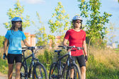 Cycling Athlets Exercising Relaxing During their Exercise in Nat — Stock Photo