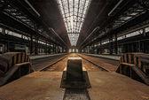 Interior industrial abandonada con luz brillante — Foto de Stock