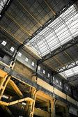 Velho vazio industrial construção de telhado e escada — Foto Stock