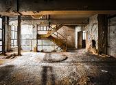 毁砖墙的旧工厂内的空格 — 图库照片