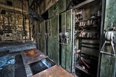 Gabinete de control eléctrico es una antigua fábrica abandonada — Foto de Stock