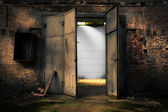 Porta de metal enferrujada em um armazém abandonado — Fotografia Stock