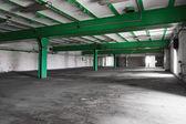 Vecchio svuota la luce interiore, luminoso capannone industriale — Foto Stock