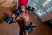 Training in gym where partner gives encouragement — Stock Photo
