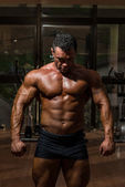 Male bodybuilder showing his body — Stock Photo