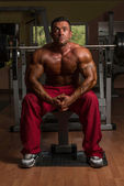 Shirtless bodybuilder resting at the bench — Stock Photo