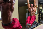 Bodybuilder doing abs exercise — Stock Photo