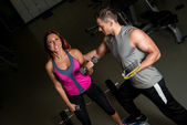 γυναίκα άσκηση προπονητής φυσικής κατάστασης άνθρωπος χρησιμοποιώντας ψηφιακή δισκίο — Φωτογραφία Αρχείου