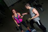 Dijital tablet kullanarak eğitmen ile egzersiz kadın — Stok fotoğraf