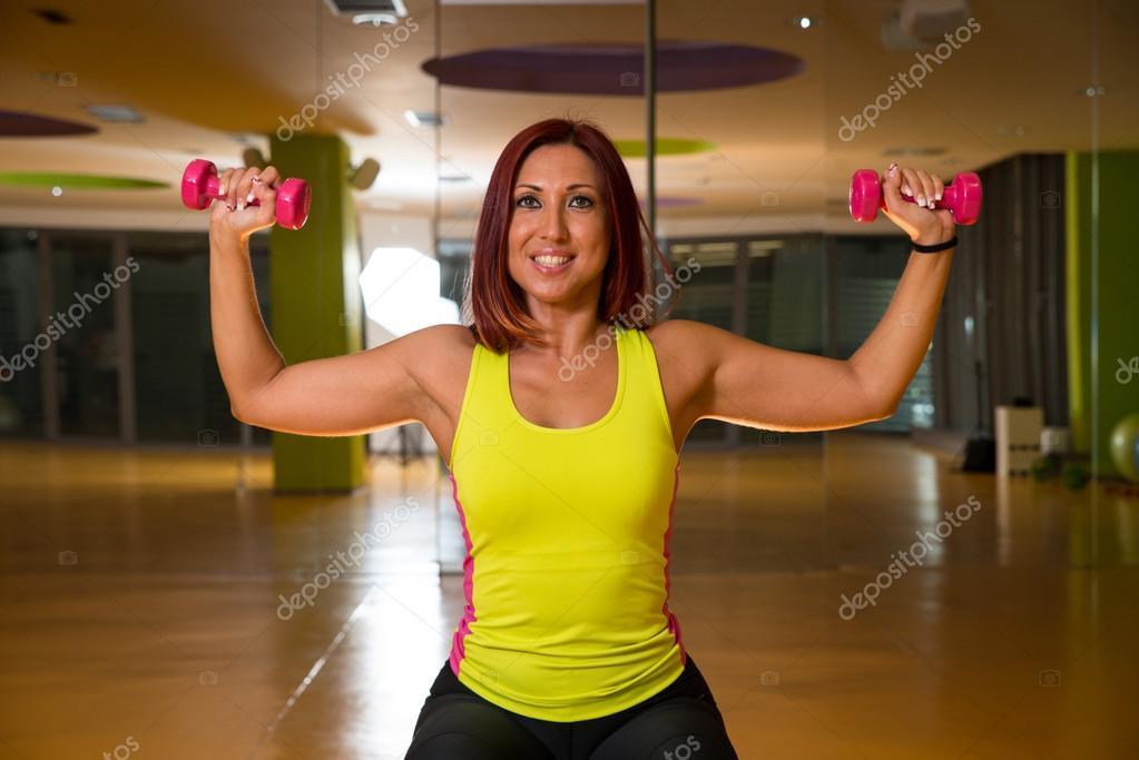 女人用哑铃锻炼健身