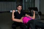 Personlig tränare på gym — Stockfoto