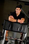Mężczyzna odpoczynek po ćwiczeniach w siłowni — Zdjęcie stockowe