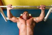 Mann, trainieren sie im fitnessstudio — Stockfoto
