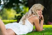 Flickor poserar i ett fält — Stockfoto