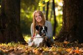 Femmes et chien extérieur — Photo