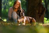 Giovani donne con cane — Foto Stock