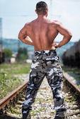 Kroppsbyggare som poserar vid järnvägen — Stockfoto