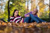 Mooi paar in het park — Stockfoto