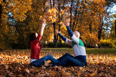 Loving Couple Toss The Leaves In Autumn Park — Stock Photo