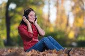 Kulaklıklar ile genç kız — Stok fotoğraf