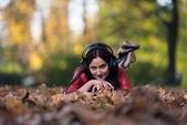 Junge Mädchen mit Kopfhörer — Stockfoto