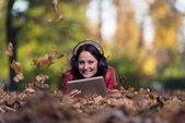 Müzik doğa genç bir kadın — Stok fotoğraf