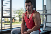 Young Muscular Caucasian Man Resting At The Bench — Stock Photo