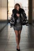 Mladá žena na sobě kožich — Stock fotografie