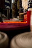 Laminados tapetes dentro de uma loja de tapete — Fotografia Stock