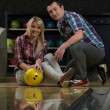 Man Teaching Woman Bowling — Stock Photo