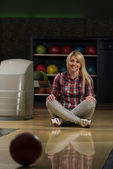 Happy Bowler Sitting At The Bowling Alley — Stock Photo