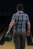 Man med ett bowlingklot — Stockfoto