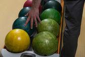 Hombre que sostiene una bola de boliche — Foto de Stock