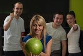 Bowling arkadaşlar ile — Stok fotoğraf