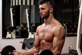 Barre de levage homme dans la salle de gym — Photo