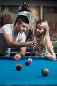 Muž učí ženy, jak hrát kulečník — Stock fotografie
