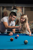 Man Teaching Woman How To Play Pool — Stockfoto
