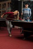 Man Teaching Woman How To Play Pool — Stock Photo