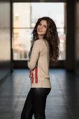 Linda garota com cabelo castanho — Fotografia Stock