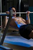 Hombres ejercicios en barra horizontal tire hacia arriba — Foto de Stock