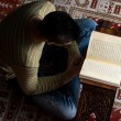 Muslim Man Is Reading The Koran — Stock Photo