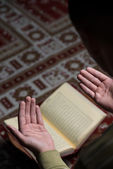 Young Muslim Guy Reading The Koran — Stockfoto