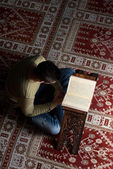 Muslim Man Is Reading The Koran — Stockfoto
