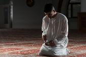 Ung muslimsk man be — Stockfoto