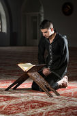 Muslim Man In Dishdasha Is Reading The Quran — Stockfoto