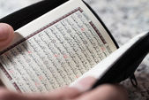 Close-up Male Muslim Reading Quran — Stockfoto