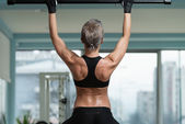Female Athlete Doing Pull Ups — Stock Photo