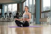 Woman Meditating In A Health Club Doing Yoga — Stock Photo
